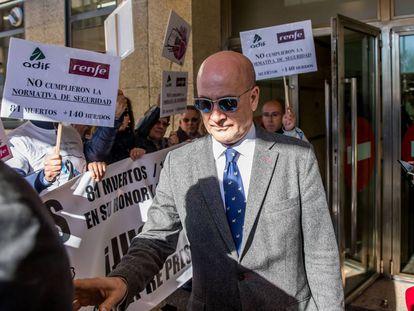 El exjefe de Seguridad de Adif Andrés Cortabitarte, a la salida de una sus declaraciones ante el juez en Santiago.