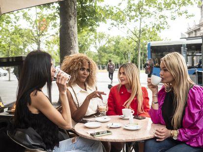 Iriana y sus amigas toman café en una de las terrazas de la glorieta de la Puerta de Alcalá.