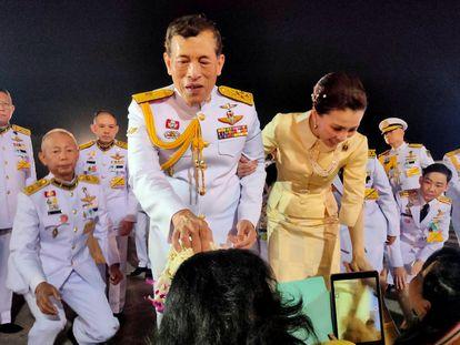 El rey de Tailandia y su esposa Suthida saludan a un grupo de ciudadanos en el aeropuerto de Udon Thani, el 10 de noviembre de 2020.
