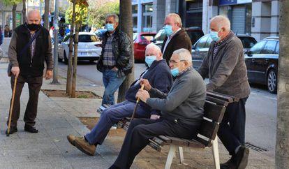 Un grupo de pensionistas en Terrasa (Barcelona).