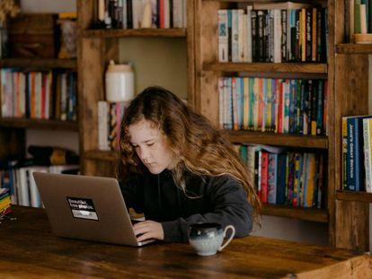 Una estudiante sigue sus clases por Internet.