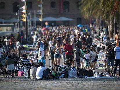 Manteros ocupan el Muelle de la Barceloneta.