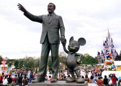 Estatua de Walt Disney y Mickey Mouse en Disneyland Tokio.