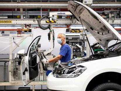 Un trabajador de Volkswagen en su fábrica de Wolfsburgo, Alemania, el pasado abril.