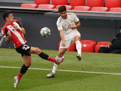 Asensio centra ante Capa durante el Athletic-Real Madrid disputado este domingo en San Mamés. /HUMBERTO BILBAO (AFP)   05/07/2020 ONLY FOR USE IN SPAIN