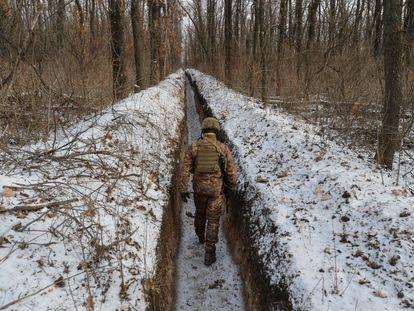 Un militar ucranio en la línea de contacto cerca de la ciudad de Avdiivka, en la región de Donetsk, el 13 de febrero.