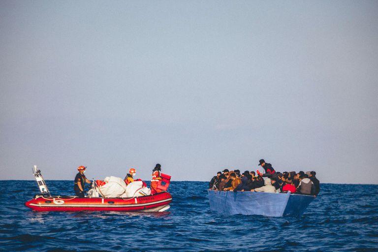 Una barcaza con migrantes en el Mediterráneo con destino a Europa.