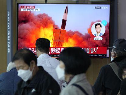 Un grupo de personas mira en la televisión el lanzamiento del misil de Corea del Norte, este martes, en Seúl.