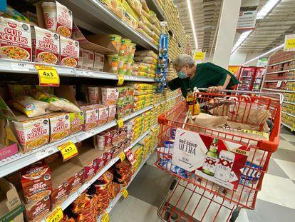 Sopas instantáneas y otros productos en un supermercado.
