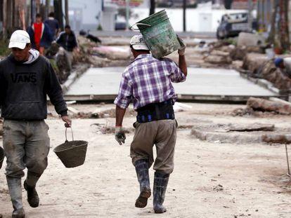 Trabajadores en La Matanza, en el área metropolitana de Gran Buenos Aires.