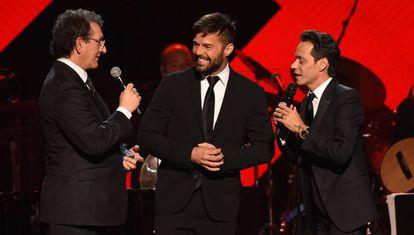 Gabriel Abaroa, Ricky Martin y Marc Anthony, en el hotel MGM de las Vegas, durante de entrega al tercero del premio Persona del Año.