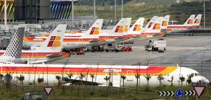 Aviones de Iberia en la T-4 del aeropuerto de Barajas.