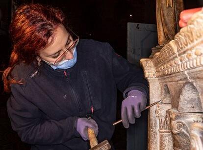 La restauradora Sara Trevisan trabaja el mármol del altar de San Pablo, en la basílica de San Marcos.