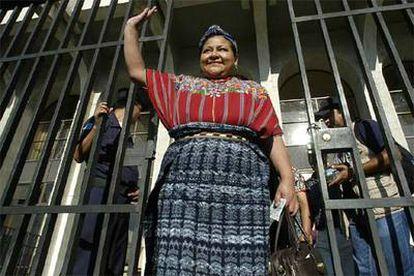 Rigoberta Menchú saluda a la salida del juicio por racismo en Ciudad de Guatemala.
