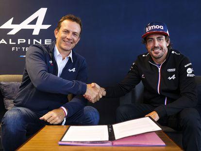 El máximo responsable de Alpine, Laurent Rossi (i), y el piloto de Fórmula Uno, Fernando Alonso, durante la firma de renovación de contrato del piloto asturiano.