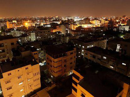 Calles del centro de Gaza tras la recuperación del alumbrado nocturno.