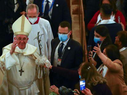 El papa Francisco saluda a sus fieles, en la catedral de Saint Joseph, este sábado en Bagdad.