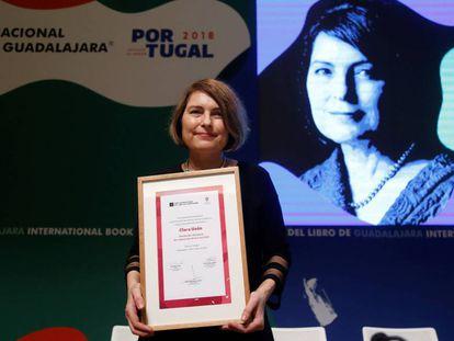 La escritora española Clara Usón posa tras recibir el Premio de Literatura Sor Juana Inés de la Cruz.