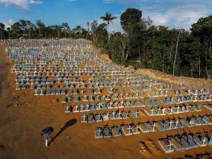 Vista aérea del cementerio Nossa Senhora Aparecida en Manaus, reservado para las víctimas de la pandemia de coronavirus en la selva amazónica de Brasil.