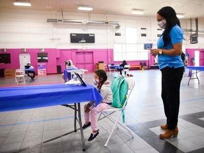 Una niña da clases 'online' en un centro de aprendizaje en Los Ángeles.