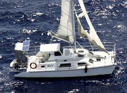 El <i>Kaz II</i>, flotando hoy a la deriva a 160 kilómetros de Townsville.