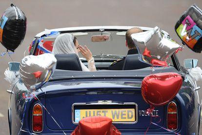 Los duques de Cambridge a la salida de su boda.