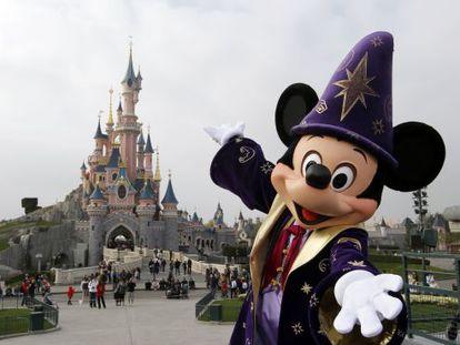 Un muñeco de Mickey Mouse en el parque Disney de París