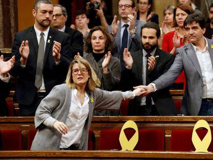 La diputada de Junts, Elsa Artadi, saluda al diputado de ERC, Sergi Sabrià, en una imagen de archivo