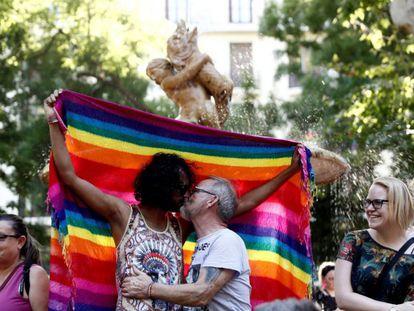 Una pareja se besa durante la manifestación del Orgullo 2019, en Madrid.