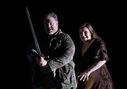 Stuart Skelton (Siegmund), empuñando Nothung, y Ricarda Merbeth (Brünnhilde) al final del segundo acto de la obra, antes del combate fatal en que morirá el héroe.
