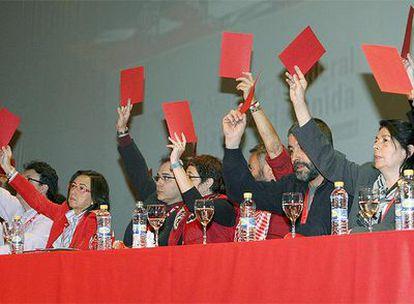 Inés Sabanés (d) y Rosa Aguilar durantes las votaciones de la IX Asamblea de la coalición para nombrar sucesor de Gaspar Llamazares