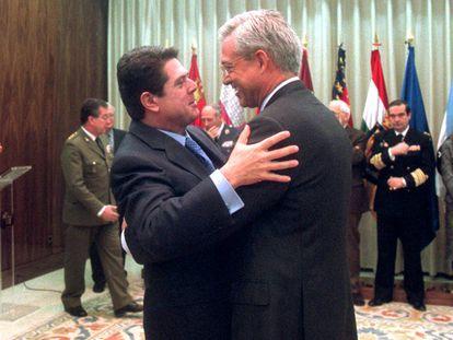 Javier Jiménez-Ugarte, a la derecha, abraza a Federico Trillo en su toma de posesión, en 2001.