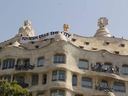 La pancarta en la fachada de La Pedrera de Gaudí.
