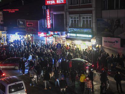 Aglomeraciones en torno a tiendas de alimentación en Estambul la noche del pasado viernes poco después de que se anunciase que, dos horas después, se impondría un estricto toque de queda de fin de semana para evitar contagios por el coronavirus.