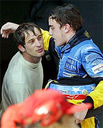Alonso es felicitado por Jarno Trulli, su compañero de equipo, tras la carrera.