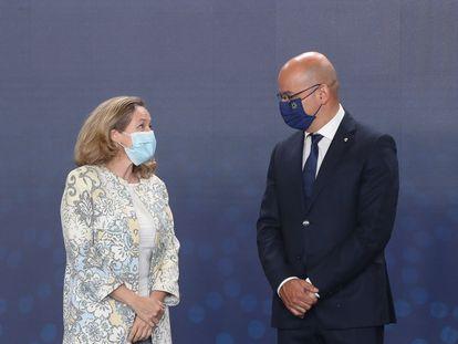El ministro portugués de Finanzas, João Leão, junto a la española Nadia Calviño, este sábado en Lisboa.