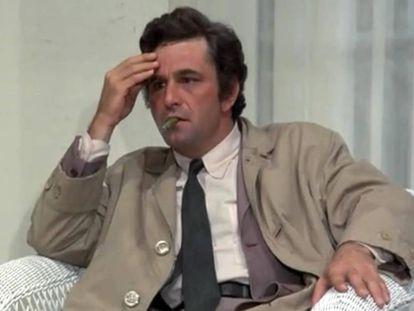 Peter Falk caracterizado como 'Colombo' en una de las primeras temporadas de la serie