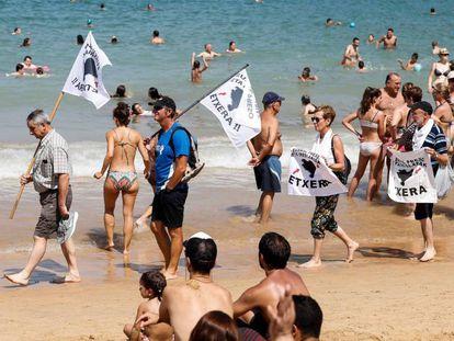 Manifestación de familiares de presos etarras el domingo pasado en las playas de San Sebastián.