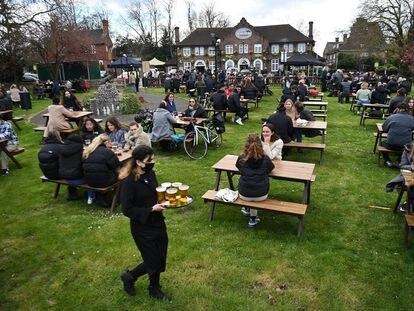 Clientes del pub Fox on The Hill, en el sur de Londres, en una terraza el 12 de abril.