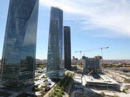 Caleido, el edificio que se construye junto a las Cuatro Torres, que se ha colado en el 'skyline', crece una planta por semana