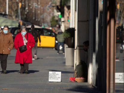 Una persona pide limosna en el centro de Barcelona.
