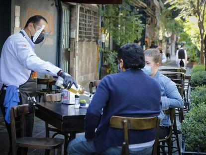 Comensales en el exterior de un restaurante en la Ciudad de México el 18 de enero.