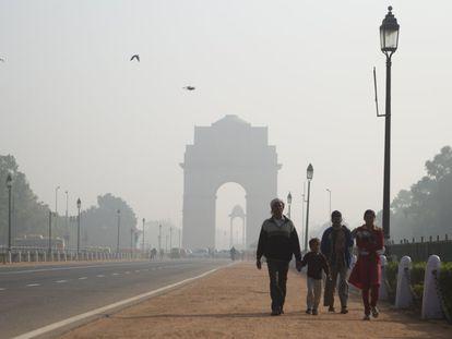 La capital india tiene el aire más contaminado del mundo, según la Organización Mundial de la Salud, con niveles 15 veces por encima de lo aconsejable. Cada año, 10.000 personas mueren por culpa de la polución. En la imagen, el India Gate, el monumento más famoso de Nueva Delhi, rodeado de bruma.