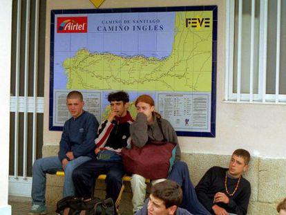 Viajeros en una estación de FEVE.