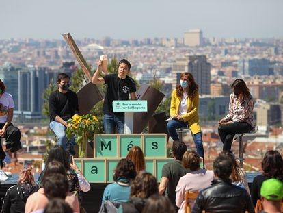 La candidata Mónica García (de amarillo) e Íñigo Errejón (en el centro), junto a otros dirigentes de Más Madrid, en un acto electoral el pasado día 18 en Vallecas.