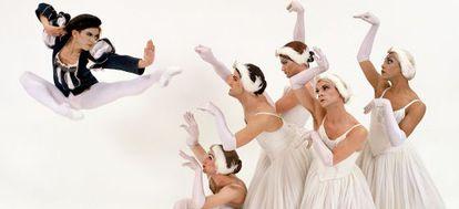 Un momento de la representación de 'El lago de los cisnes' por Les Ballets Trockadero de Monte Carlo.
