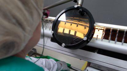 Empleados trabajando en los laboratorios Rovi de Madrid, donde se fabrican dosis de la vacuna de Moderna.