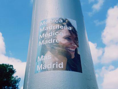 16/04/2021 Pegatina de la candidata de Más Madrid al 4M, Mónica García POLITICA