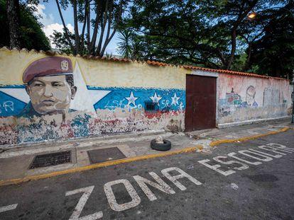 Un mural de Hugo Chávez en la fachada de una escuela en Caracas.