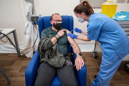 Una sanitaria vacuna a un miembro de la Guardia Civil en el hospital de campaña de La Fe de Valencia el 24 de marzo.